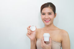 Produits de soins de la peau, portrait de belle jeune femme regardant Images stock