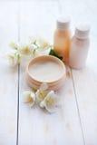 Produits de station thermale la crème de beauté et le jasmin blanc fleurissent sur la table en bois blanche Photo stock