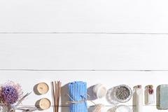 Produits de station thermale Sels de Bath, fleurs sèches lavande, savon, bougies et serviette Configuration plate sur le fond en  image stock