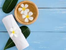Produits de station thermale, serviette blanche avec l'espace de copie Photo stock