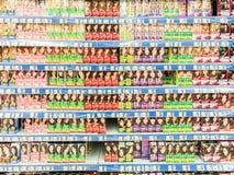 Produits de teinture capillaire de femme sur l'étagère de supermarché Image libre de droits