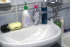 Produits domestiques à la maison à l'arrière-plan brouillé par salle de bains photo libre de droits