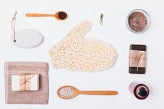 Produits et accessoires cosmétiques pour le nettoyage photographie stock