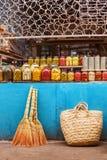 Produits faits maison en boîte dans le compteur marché de Bakou d'Azerbaïdjanais du vieux photos stock