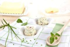 Produits laitiers. Beurre et beurre de fines herbes. Image stock