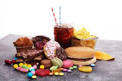 Produits malsains le mauvais de nourriture pour le chiffre, la peau, le coeur et les dents image libre de droits