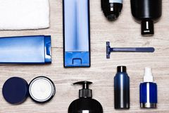Produits masculins essentiels de toilettage sur la surface en bois minable images libres de droits