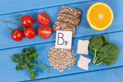 Produits nutritifs contenant la vitamine B9 et la fibre alimentaire, concept sain de nutrition Images libres de droits