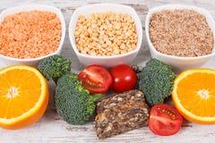 Produits nutritifs contenant la vitamine B9 et la fibre alimentaire, concept sain de nutrition Image libre de droits