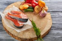 Produits sur un fond en bois dans un bifteck de poissons de sac de papier photographie stock libre de droits