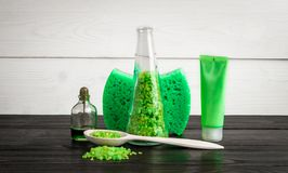 Produits verts de traitement de beauté de composition dans des couleurs vertes : shampooing, savon, sel de bain, huile Images libres de droits