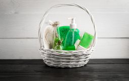 Produits verts de traitement de beauté de composition dans des couleurs vertes : shampooing, savon, sel de bain, huile Photographie stock