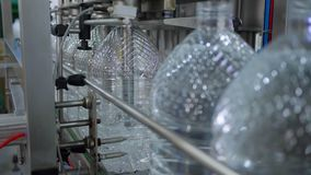 Produkcja czysta woda, automatyczna konwejer linia dla rozlewniczej wody mineralnej w plastikowej butelce przy manufactory zbiory wideo