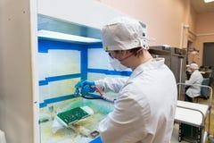 Produkcja elektroniczni składniki przy zaawansowany technicznie obrazy stock