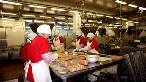 Produkcja kiełbasy. Kiełbasiana fabryka. obrazy royalty free