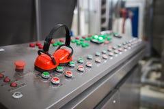 Produkcja pulpit operatora w fabryce obrazy royalty free