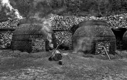 Produkcja węgiel drzewny w tradycyjnym sposobie Zdjęcie Stock