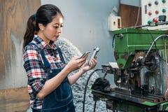 Produkt för hållande fabrik för kvinnlig personal färdig Arkivfoton