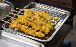 Produkt kałamarnica na tacy w rynku przygotowywał piec na grillu Obrazy Royalty Free