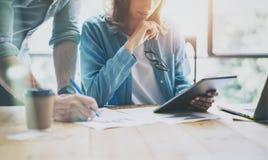 Produkt-Manager, die modernes Studio bearbeiten Frau, die Marktbericht-Digital-Tablet zeigt Produzent-Department Work New-Start Lizenzfreies Stockbild