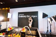 Produkt Samsung galaktyki S6 S6 krawędzi notatka 5 A8 J7 i przekładnia w Tajlandia expo 2015 Mobilnej gablocie wystawowej Obrazy Royalty Free