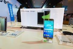 Produkt Samsung galaktyki S6 S6 krawędzi notatka 5 A8 J7 i przekładnia w Tajlandia expo 2015 Mobilnej gablocie wystawowej Obrazy Stock