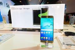 Produkt Samsung galaktyki S6 S6 krawędzi notatka 5 A8 J7 i przekładnia w Tajlandia expo 2015 Mobilnej gablocie wystawowej Zdjęcia Stock