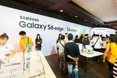 Produkt Samsung galaktyki S6 S6 krawędzi notatka 5 A8 J7 i przekładnia w Tajlandia expo 2015 Mobilnej gablocie wystawowej Zdjęcia Royalty Free