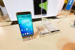 Produkt Samsung galaktyki S6 S6 krawędzi notatka 5 A8 J7 i przekładnia w Tajlandia expo 2015 Mobilnej gablocie wystawowej Fotografia Stock