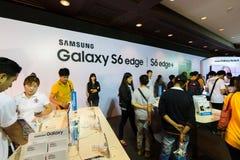 Produkt Samsung galaktyki S6 S6 krawędzi notatka 5 A8 J7 i przekładnia w Tajlandia expo 2015 Mobilnej gablocie wystawowej Obraz Royalty Free