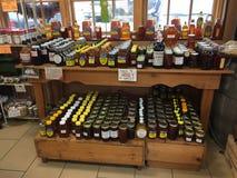 Produkt spożywczy na półkach dla sprzedaży w rolnika rynku TX Zdjęcie Stock