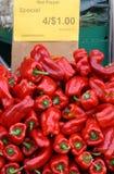 Produkt spożywczy rynku Czerwoni pieprze z cena znakiem Obrazy Royalty Free