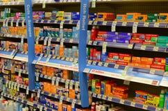 Produkte der ersten Hilfe in der Apotheke Stockfotos