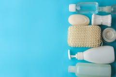 Produkte der pers?nlichen Hygiene K?rperpflegekosmetik Weiße Flaschen und Phiolen auf einem blauen Hintergrund Badekurort relax B lizenzfreies stockbild
