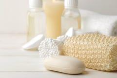 Produkte der pers?nlichen Hygiene K?rperpflegekosmetik Weiße Flaschen und Phiolen auf einem hellen Hintergrund Badekurort relax stockfotos