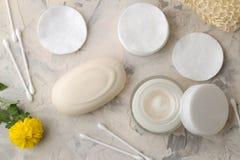 Produkte der pers?nlichen Hygiene K?rperpflegekosmetik Weiße Flaschen und Phiolen auf einem hellen Hintergrund Badekurort relax B stockfotos