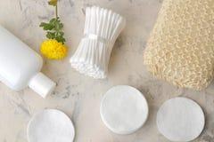 Produkte der pers?nlichen Hygiene K?rperpflegekosmetik Weiße Flaschen und Phiolen auf einem hellen Hintergrund Badekurort relax B stockbilder