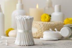 Produkte der pers?nlichen Hygiene K?rperpflegekosmetik Weiße Flaschen und Phiolen auf einem hellen Hintergrund Badekurort relax lizenzfreies stockbild