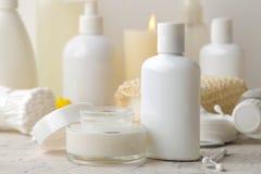 Produkte der pers?nlichen Hygiene K?rperpflegekosmetik Weiße Flaschen und Phiolen auf einem hellen Hintergrund Badekurort relax stockbilder