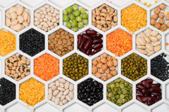 Produkte der trockenen Bohne in den Bienenwaben Stockfotografie
