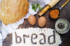 Produkte für das Kochen des Brotes Brot, Ei, Mehl, Petersilie, Öl, Minze, Gewürze Rote und grüne Pfeffer und Olivenölglas Stockbild