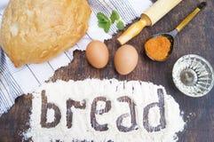 Produkte für das Kochen des Brotes Brot, Ei, Mehl, Petersilie, Öl, Minze, Gewürze Rote und grüne Pfeffer und Olivenölglas Lizenzfreie Stockbilder