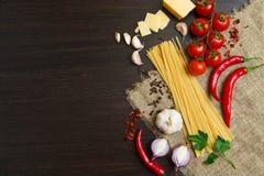 Produkte für das Kochen des klassischen italienischen Lebensmittels Lizenzfreie Stockbilder