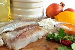Produkte für das Kochen von gebratenen Fischen Stockbilder