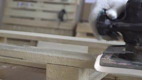 Produkte gemacht vom Naturholz und von der Arbeit auf ihnen Auf dem Hintergrund des Brettes mit Anweisungen und anderen Holzprodu stock video footage