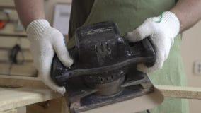 Produkte gemacht vom Naturholz und von der Arbeit auf ihnen Arbeit mit hölzernen Strukturen und Schleifmaschine Meister in den we stock footage