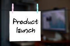 Produkteinführung Anmerkung wird auf einen weißen Aufkleber geschrieben, der wi hängt lizenzfreie stockfotos