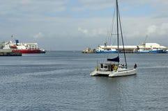 Produkteinführungsboot in der Cape Town-Hafenbucht Lizenzfreies Stockbild