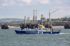 Produkteinführungsschiffssegeln nahe Offshoreölstation nahe Edinburgh, Schottland stockfotos