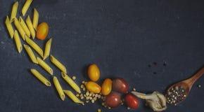 Produkter för att laga mat pasta - pasta, tomater, Arkivbilder